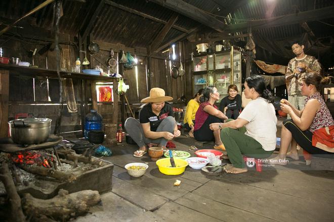 Không khí nô nức trong gian bếp khi bà con, hàng xóm tụ họp chuẩn bị bữa cơm đón Hoa hậu H'Hen Niê về nhà 2