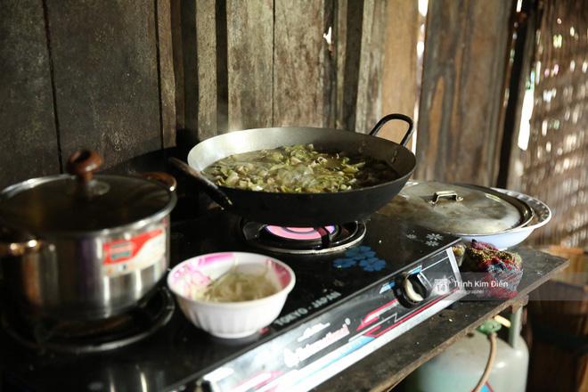 Không khí nô nức trong gian bếp khi bà con, hàng xóm tụ họp chuẩn bị bữa cơm đón Hoa hậu H'Hen Niê về nhà 3