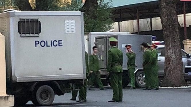 Xe đặc chủng đưa ông Đinh La Thăng, Trịnh Xuân Thanh đến tòa, bắt đầu phiên xét xử 1