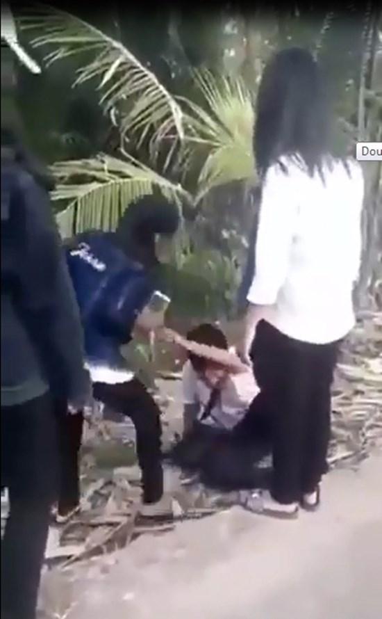 Nam sinh cấp 2 bị nhóm nữ sinh đánh hội đồng, quay clip tung lên mạng 1