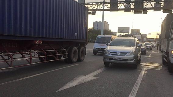 4 xe tải va chạm liên hoàn, xa lộ Hà Nội ùn ứ kéo dài nhiều giờ 2