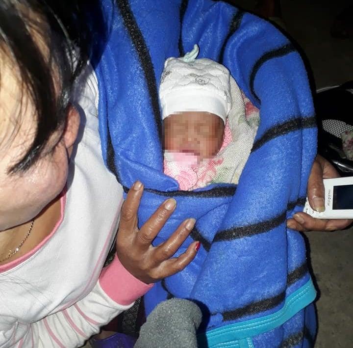 Phát hiện bé sơ sinh còn nguyên dây rốn bị bỏ ở hầm nhà vệ sinh 1