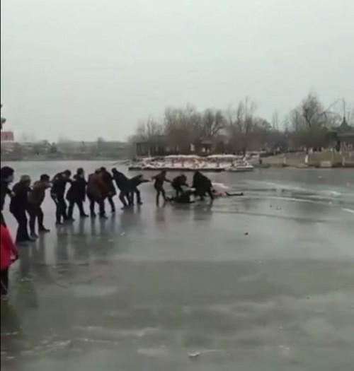 Cảm động 'sợi dây sống' gồm 20 người giải cứu 2 mẹ con rơi xuống hồ băng 1