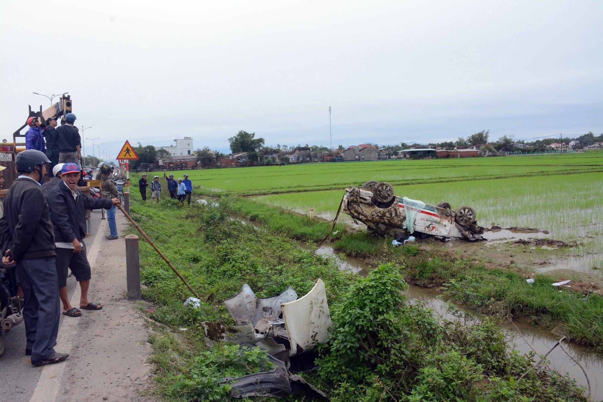 Hình ảnh Xe taxi mất lái, san bằng hàng cột mốc bên đường rồi phi xuống ruộng nằm