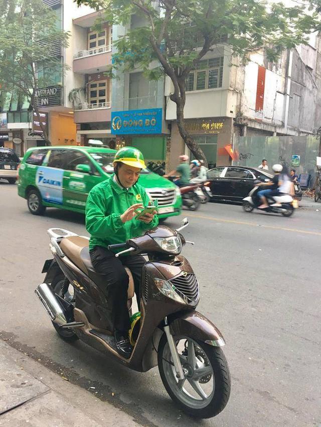 Muốn làm dâu trăm họ thật tốt, Chủ tịch HĐQT của taxi Mai Linh tự chạy xe ôm chở khách  - Ảnh 1.