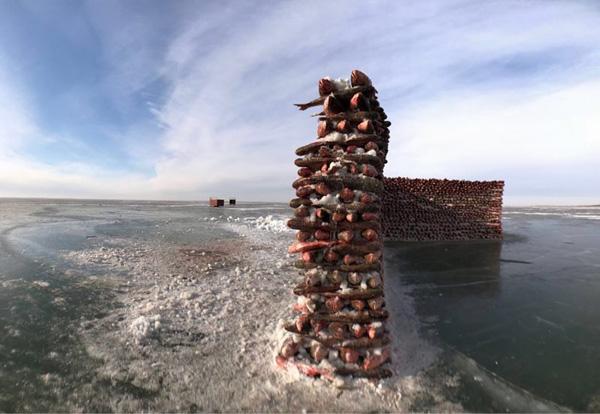 Hình ảnh Độc đáo bức tường được xây bằng 2.000 con cá giữa hồ băng số 6