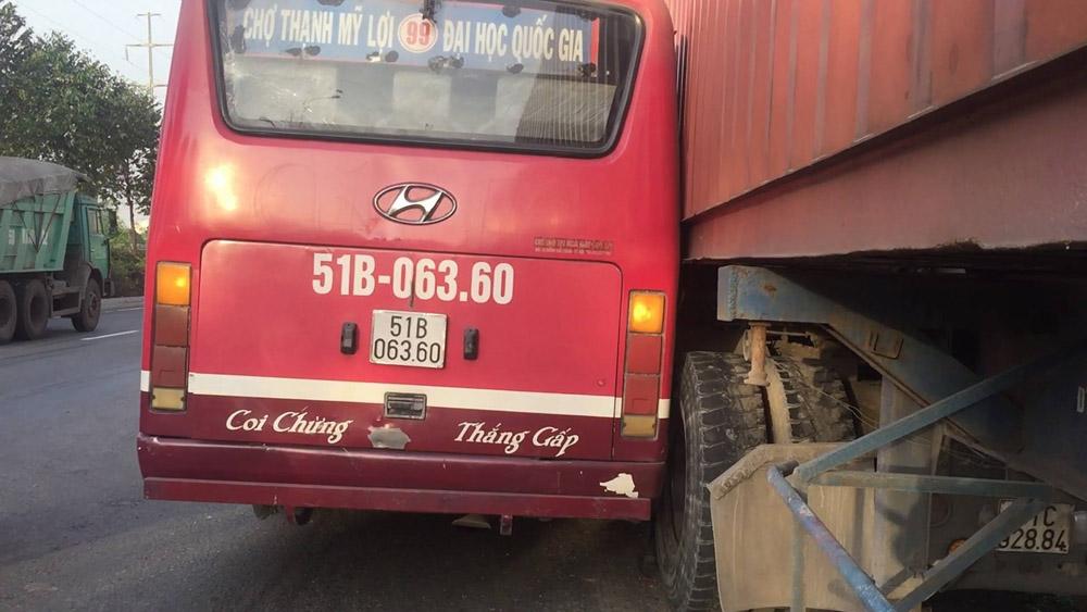 Giật mình với pha rượt đuổi giữa xe buýt với container giữa phố Sài Gòn 1
