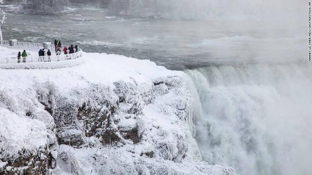 Clip: Sóng biển đóng băng ngoạn mục trong giá lạnh khủng khiếp ở Mỹ 3