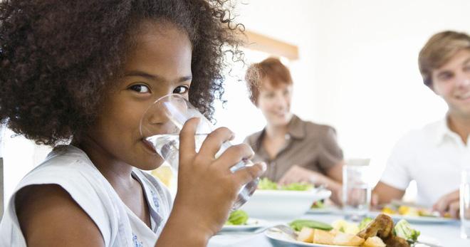 Vừa ăn vừa uống nước: Tốt đến đâu và hại ở mức độ nào là điều ai cũng cần biết - Ảnh 2.