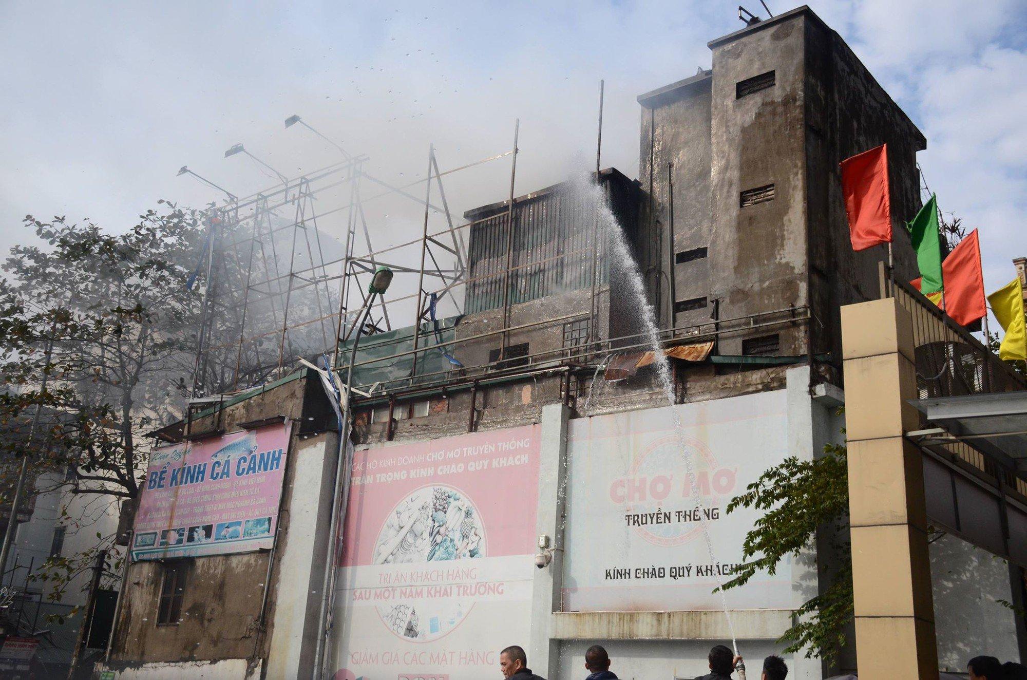 Hà Nội: Cháy lớn ngôi nhà 4 tầng cạnh Chợ Mơ, nhiều người hoảng sợ tìm cách tháo chạy 3