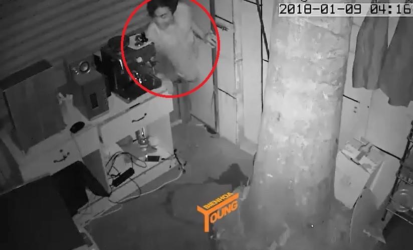 Clip: Đạo chích khoét vách tường, chui vào nhà trộm tài sản lúc sáng sớm 1