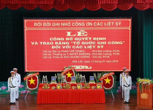 Hình ảnh Trao bằng Tổ quốc ghi công cho 3 liệt sĩ trong vụ nổ trụ sở Công an Đắk Lắk số 1