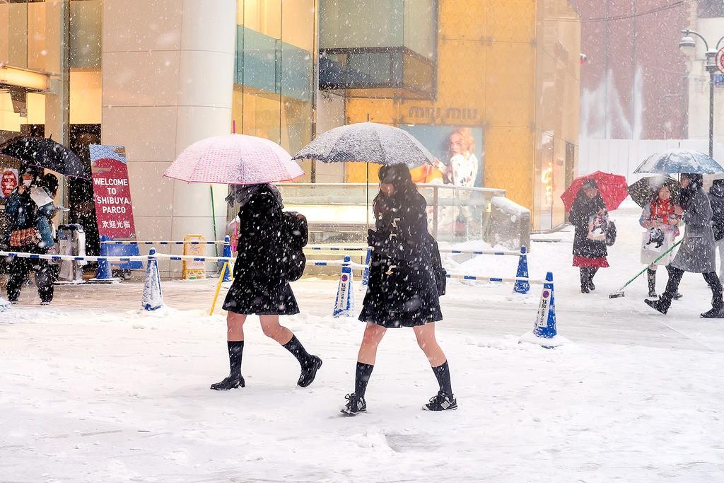 Mặc cho tuyết rơi trắng trời, nữ sinh Nhật Bản vẫn