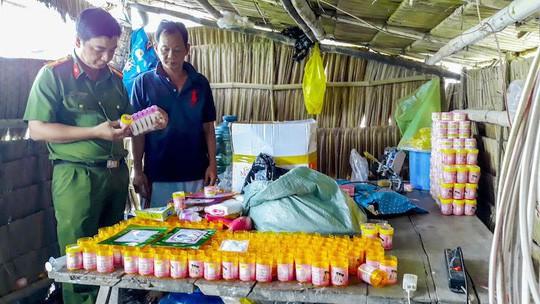 Bắt quả tang cơ sở sản xuất mỹ phẩm giả từ hóa chất trôi nổi ở Vĩnh Long 2
