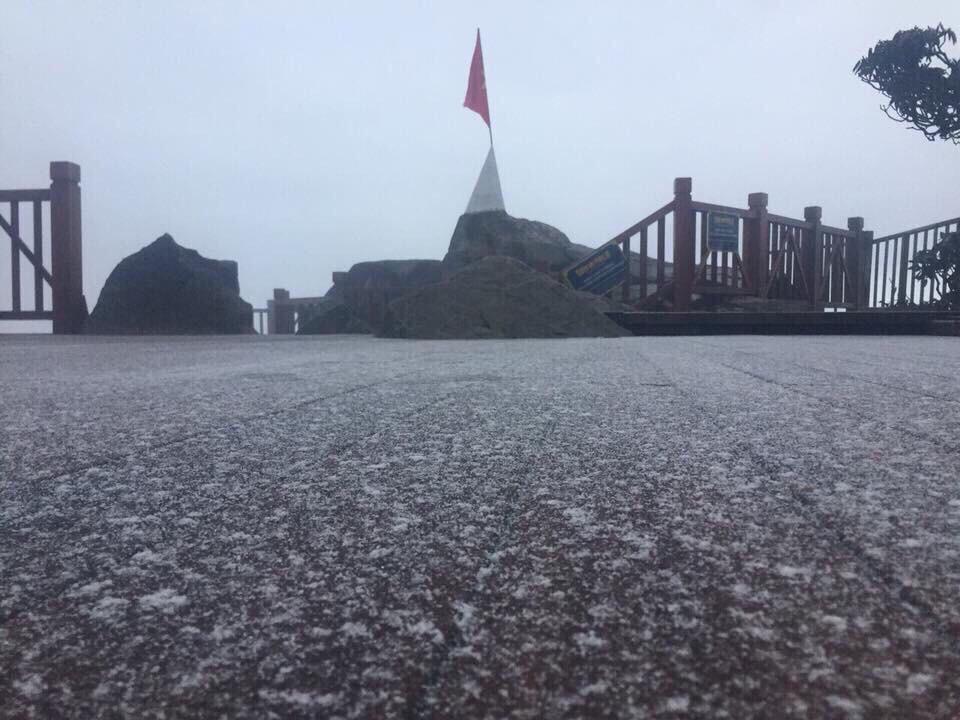 Video: Sáng sớm nay, tuyết đã rơi trên đỉnh Fansipan 1