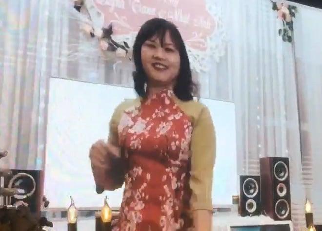 Bố mẹ Nhật Anh Trắng bắn rap cực chất trong đám cưới của con trai 4