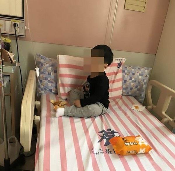 Hình ảnh Bố mẹ đi làm xa, bé trai 3 tuổi bị khoá trong nhà cạnh thi thể ông bà suốt 2 ngày số 1