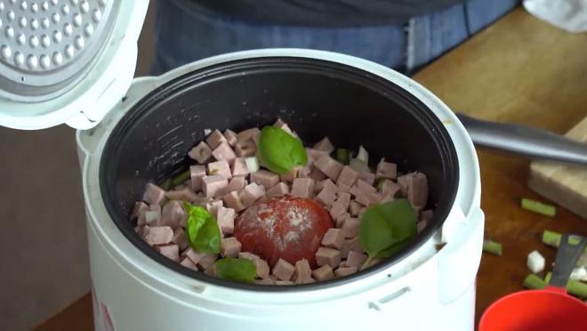Chàng trai bảo mọi người cho cả quả cà chua vào nồi cơm điện như mình, ai làm theo cũng khen nức nở 5