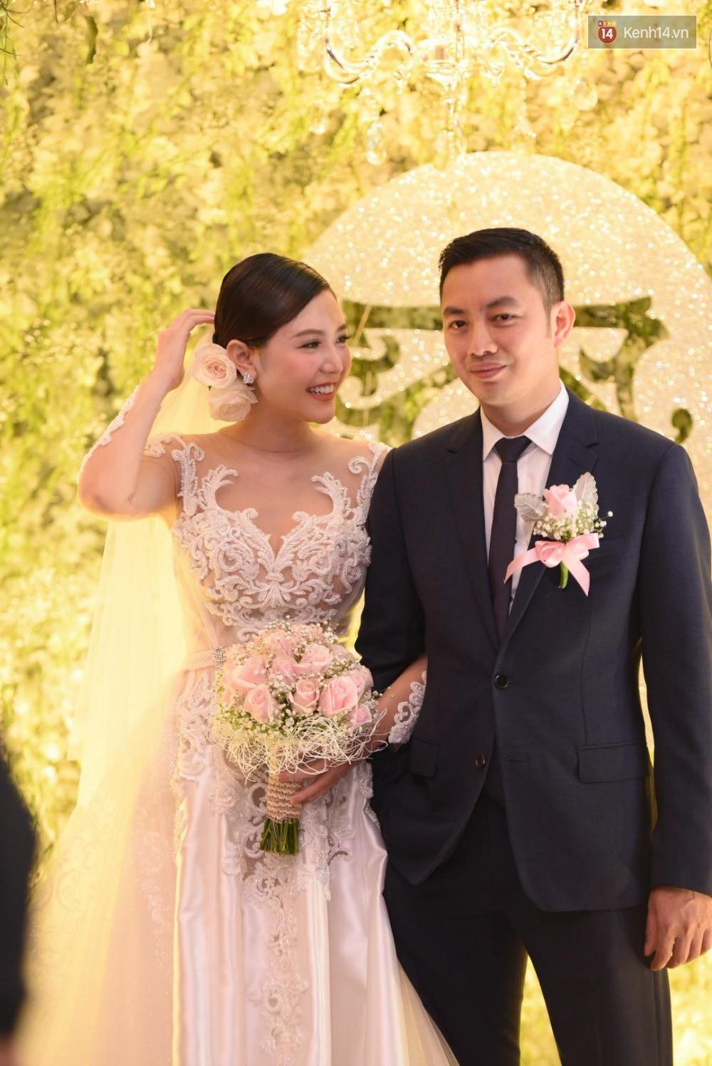Cập nhật: Ngọc Duyên cực xinh đẹp, hạnh phúc sánh đôi bên ông xã hơn 18 tuổi trong tiệc cưới xa hoa tại Hà Nội 4