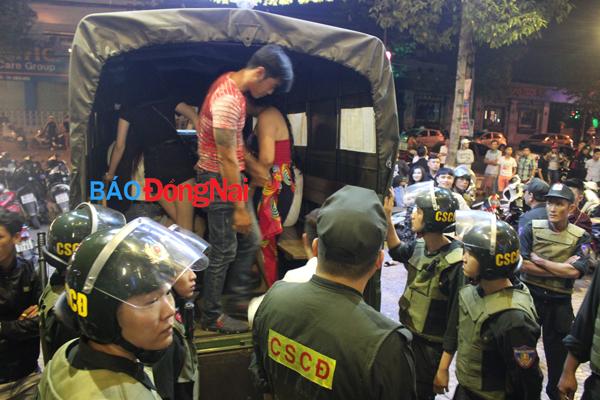 Hình ảnh Công an đột kích quán bar, phát hiện hàng chục dân chơi phê ma túy số 7