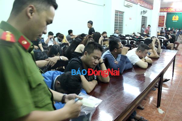 Hình ảnh Công an đột kích quán bar, phát hiện hàng chục dân chơi phê ma túy số 8