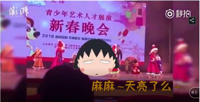 Bé gái lăn ra ngủ khi đang biểu diễn hăng say trên sân khấu 1