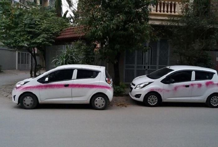 Hàng loạt ô tô bị đối tượng lạ phun sơn trong đêm ở Hà Nội 1