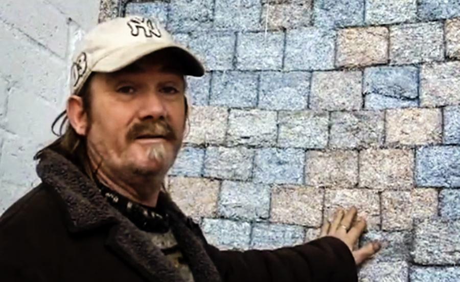 Người đàn ông nghiền nát cả đống tiền làm gạch xây nhà 1