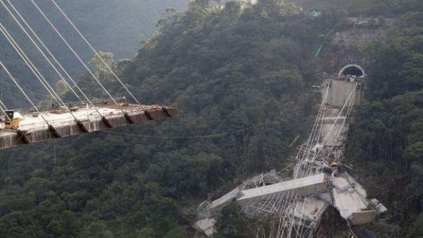 Cầu treo trên vách núi cao chót vót gãy vụn, nhiều người thương vong 2