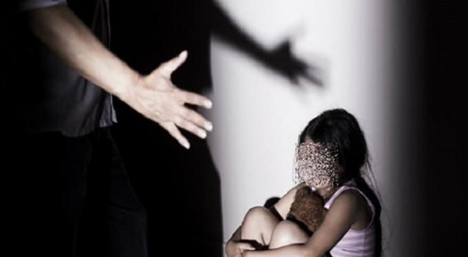 Vợ mang thai, nhạc công giở trò dâm ô với bé gái 3 tuổi 1