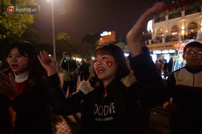 Người hâm mộ đổ ra Hồ Gươm mừng chiến tích của U23 Việt Nam 3