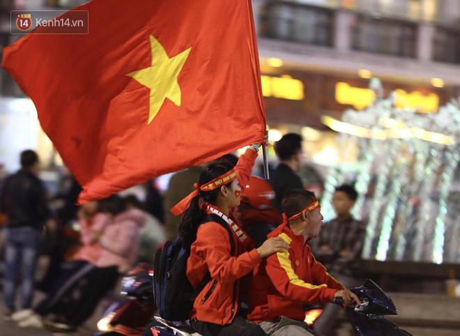 Người hâm mộ đổ ra Hồ Gươm mừng chiến tích của U23 Việt Nam 4