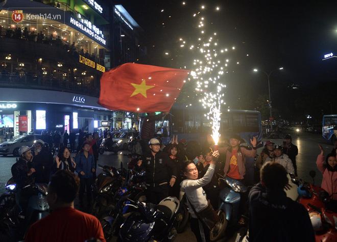 Người hâm mộ đổ ra Hồ Gươm mừng chiến tích của U23 Việt Nam 5