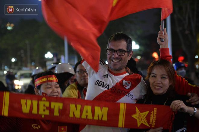 Người hâm mộ đổ ra Hồ Gươm mừng chiến tích của U23 Việt Nam 6