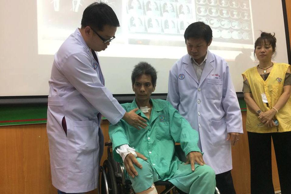 Hi hữu: Bác sĩ dùng tay bóp tim cứu sống bệnh nhân đang nguy kịch 1
