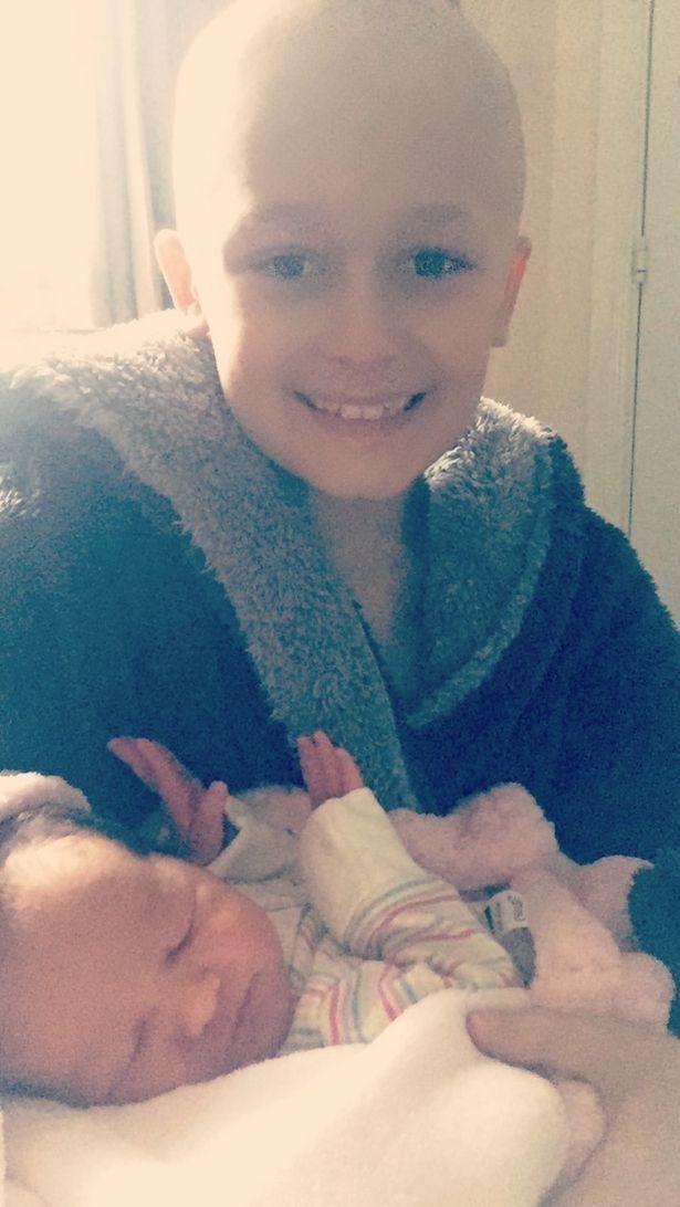 Cậu bé ung thư chiến đấu giành giật sự sống từng ngày để kịp gặp mặt em gái mới sinh trước khi qua đời 5