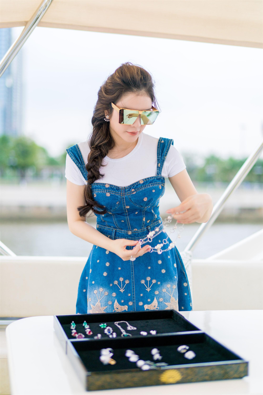 Lý Nhã Kỳ khoe vẻ đẹp 'vạn người mê' trên du thuyền triệu đô 1