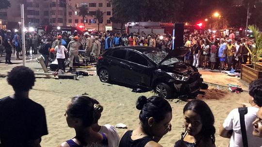Ô tô điên lao vào đám đông ở bãi biển, bé 8 tuổi tử vong  1
