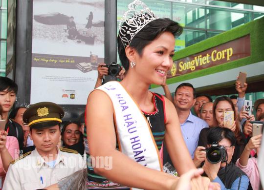 Đắk Lắk: Gặp gỡ, trao thưởng 30 triệu đồng cho HHHV Việt Nam HHen Niê 1