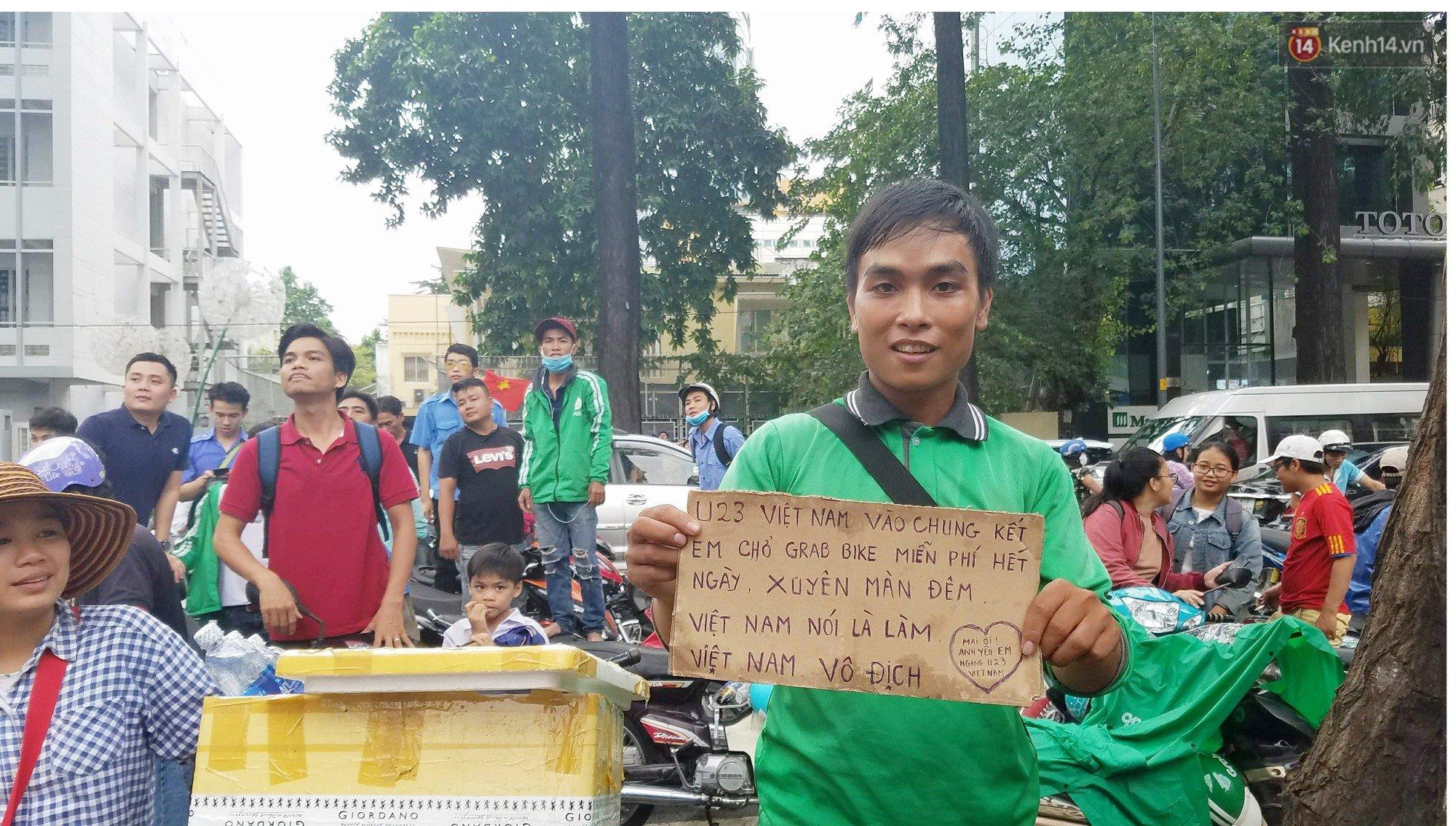 Tài xế Grab cầm biển thông báo sẽ chở khách miễn phí xuyên đêm nếu U23 Việt Nam vào chung kết 2