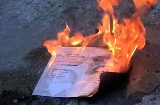 Hình ảnh Cử nhân kinh tế đốt bằng tốt nghiệp gửi thư xin lỗi trường số 1
