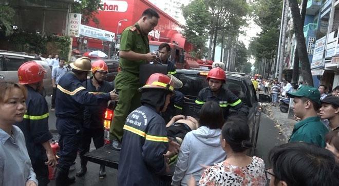 Đang cổ vũ hăng vì U23 thi đấu, hàng trăm người chạy thoát thân vì cháy nhà 1