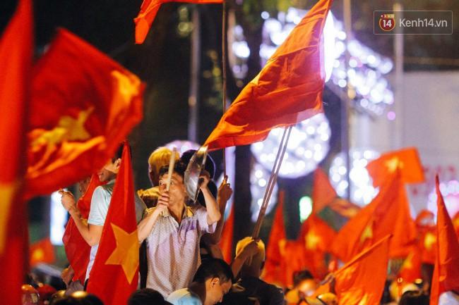 """Một đêm """"vui quên Tết"""" bởi U23 Việt Nam: Hôm nay ra đường, ai cũng dễ thương! 17"""