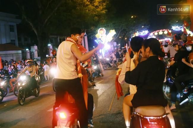 """Một đêm """"vui quên Tết"""" bởi U23 Việt Nam: Hôm nay ra đường, ai cũng dễ thương! 12"""