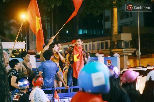 """Một đêm """"vui quên Tết"""" bởi U23 Việt Nam: Hôm nay ra đường, ai cũng dễ thương! 13"""