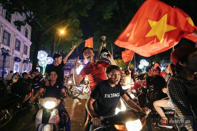 """Một đêm """"vui quên Tết"""" bởi U23 Việt Nam: Hôm nay ra đường, ai cũng dễ thương! 11"""
