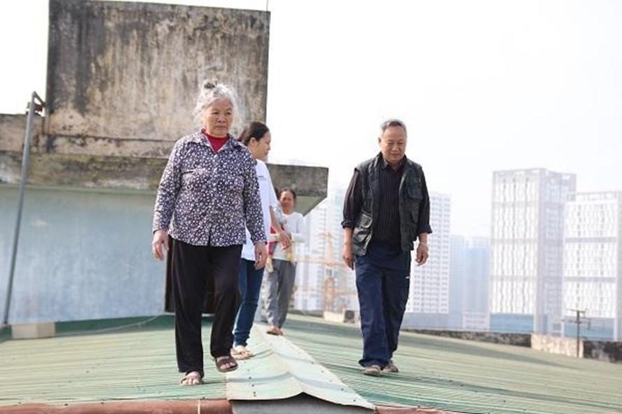 Vụ người dân đi trên mái nhà vì thang máy chung cư hỏng: Chủ tịch Hà Nội yêu cầu kiểm tra 1