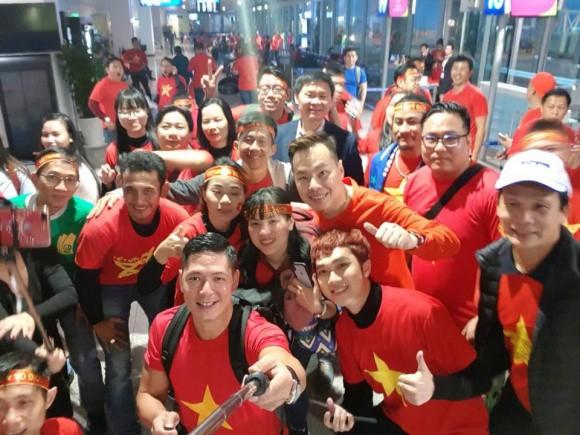 Clip: Bình Minh và dàn sao Việt hào hứng bay sang Trung Quốc lúc 4 giờ sáng để kịp cổ vũ U23 Việt Nam 2