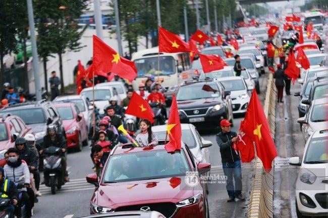 Chùm ảnh: Người hâm mộ đổ xô đi đón U23 Việt Nam, đường đến sân bay Nội Bài ngập tràn sắc cờ bay 7