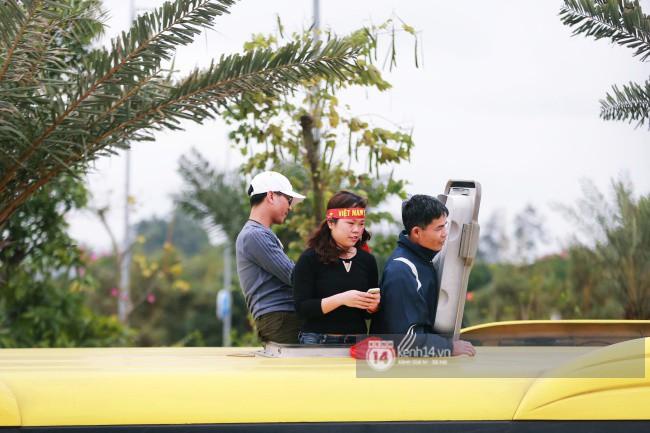 Chùm ảnh: Người hâm mộ đổ xô đi đón U23 Việt Nam, đường đến sân bay Nội Bài ngập tràn sắc cờ bay 9